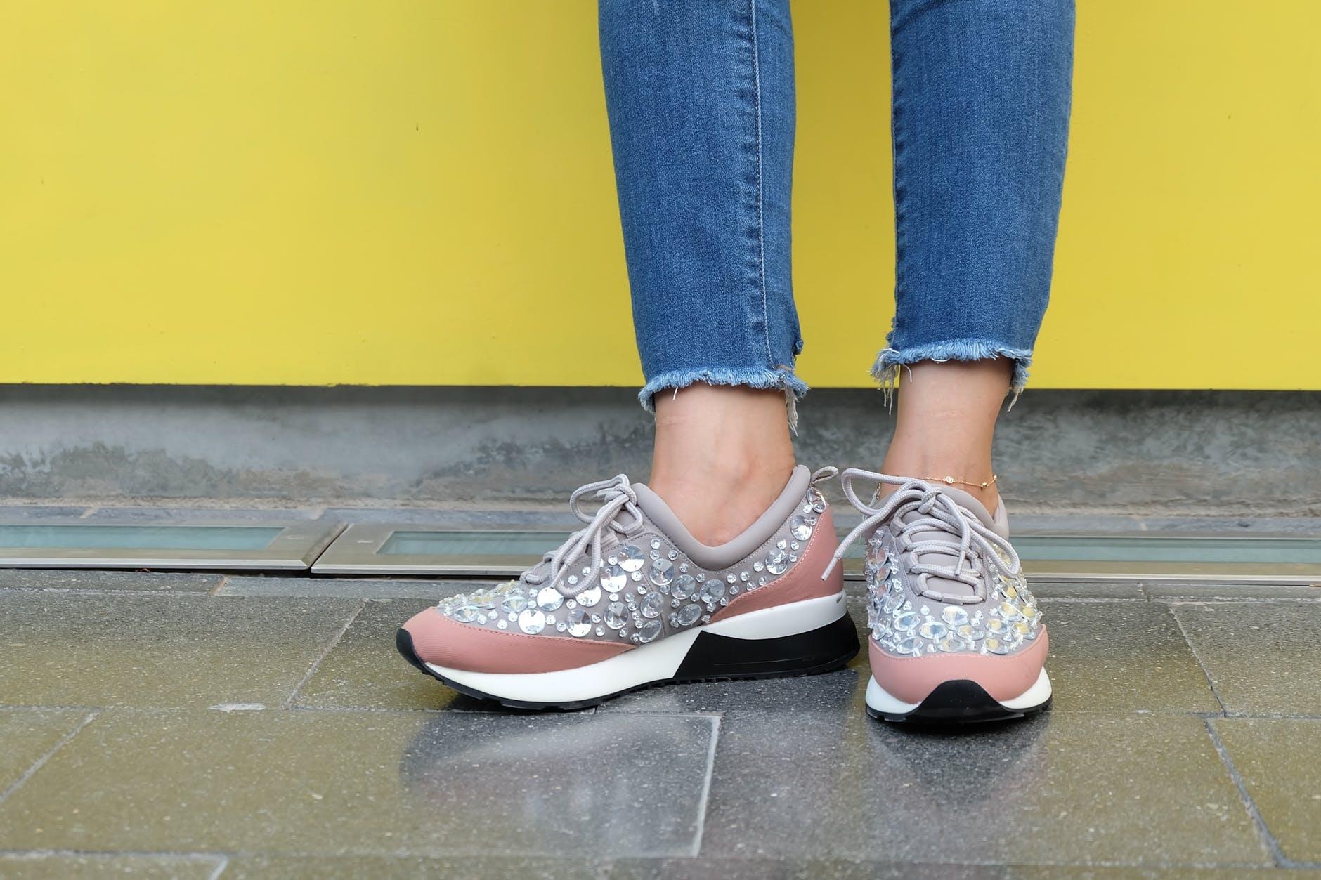 Jak nosić damskie sportowe buty? | Face&Look Wybieraj